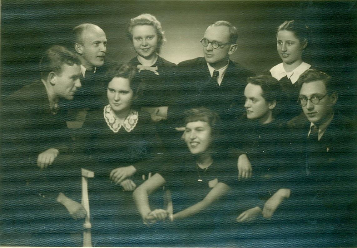 Balio Sruogos dramos studijos nariai. Pirmoje eilėje pirmas – V. Miliūnas, penktas – J. Blekaitis, antroje eilėje pirmas iš kairės – A. Rūkas, trečias – A. Jakševičius. Kaunas, apie 1939 m.