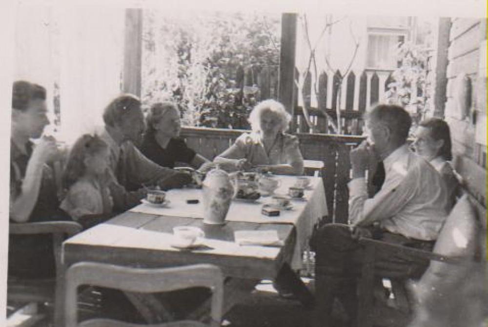 Balys Sruoga su draugais savo namų verandoje. Iš kairės trečias – J. Nemeikša, penkta – M. Nemeikšaitė, šalia – Jurgutienė, B. Sruoga. Kaunas. 1947 m.