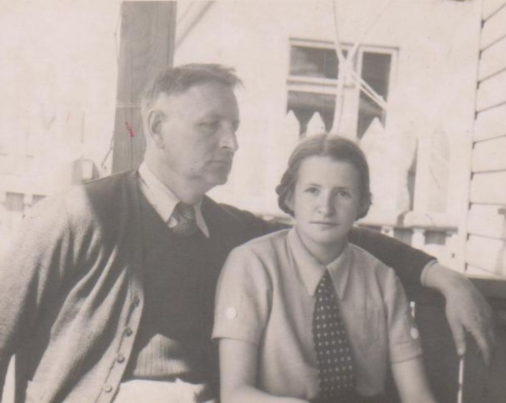 Balys Sruoga su dukra Dalia savo namų verandoje. Kaunas. 1939 m.
