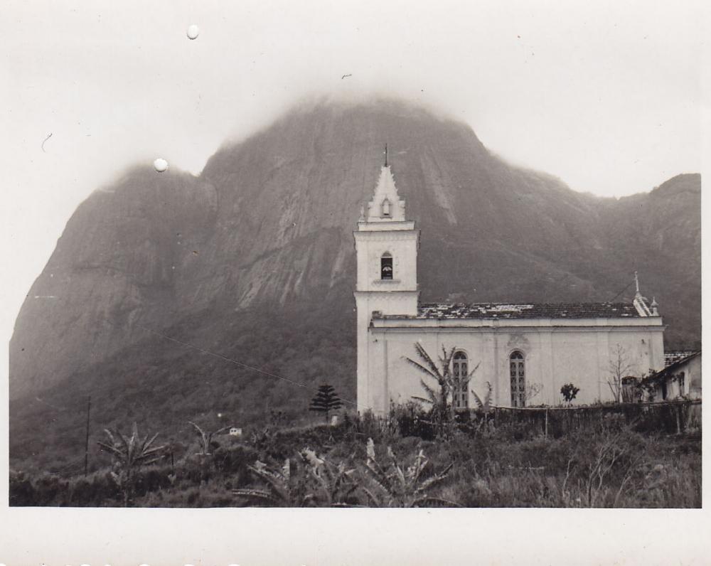 Bažnytėlė kalno papėdėje. Brazilija, apie 1946–1950 m.