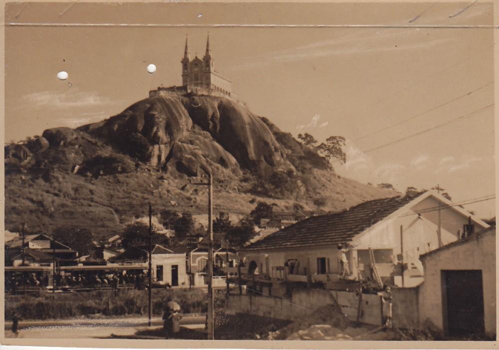 Bažnytėlė kalno viršūnėje. Rio de Žaneiro priemiestis. Brazilija, apie 1946–1950 m.