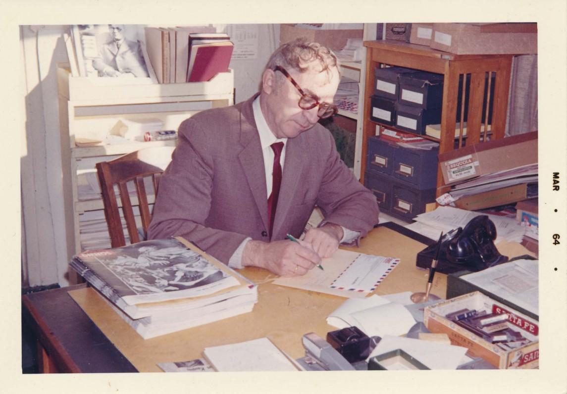 """Bernardas Brazdžionis žurnalo """"Lietuvių dienos"""" redakcijoje. 1964 m."""