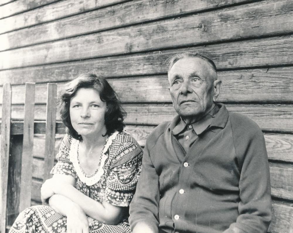 Birutė su tėvu Stasiu Baltrušaičiu. Lomiai, Tauragės r. 1983 m.