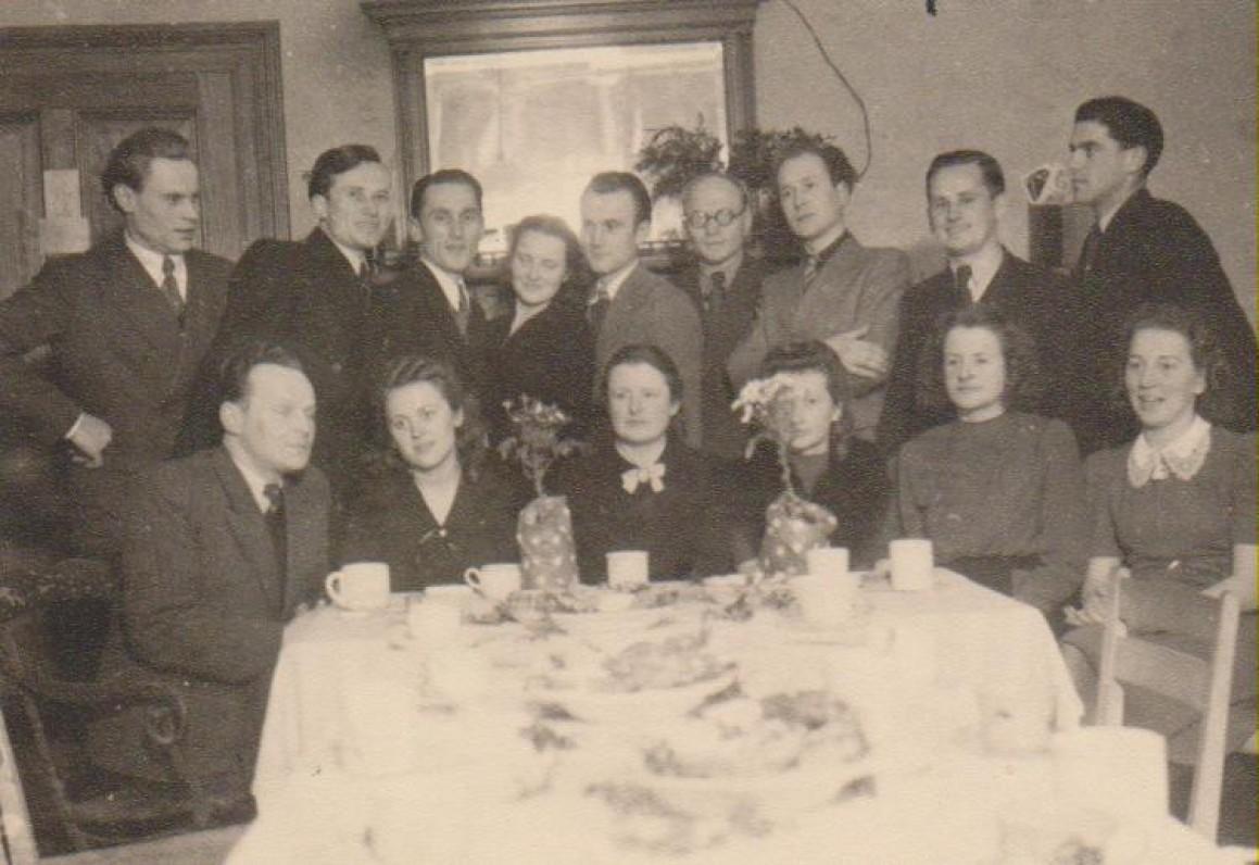 """Bonos universiteto sambūrio """"Šviesa"""" nariai. Pirmoje eilėje antra iš dešinės – Dalia Sruogaitė, ketvirta – Vanda Daugirdaitė-Sruogienė. 1947 m."""