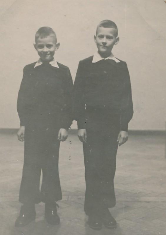 Broliai dvyniai Leonidas (kairėje) ir Aurelijus. Kaunas, 1953 m.