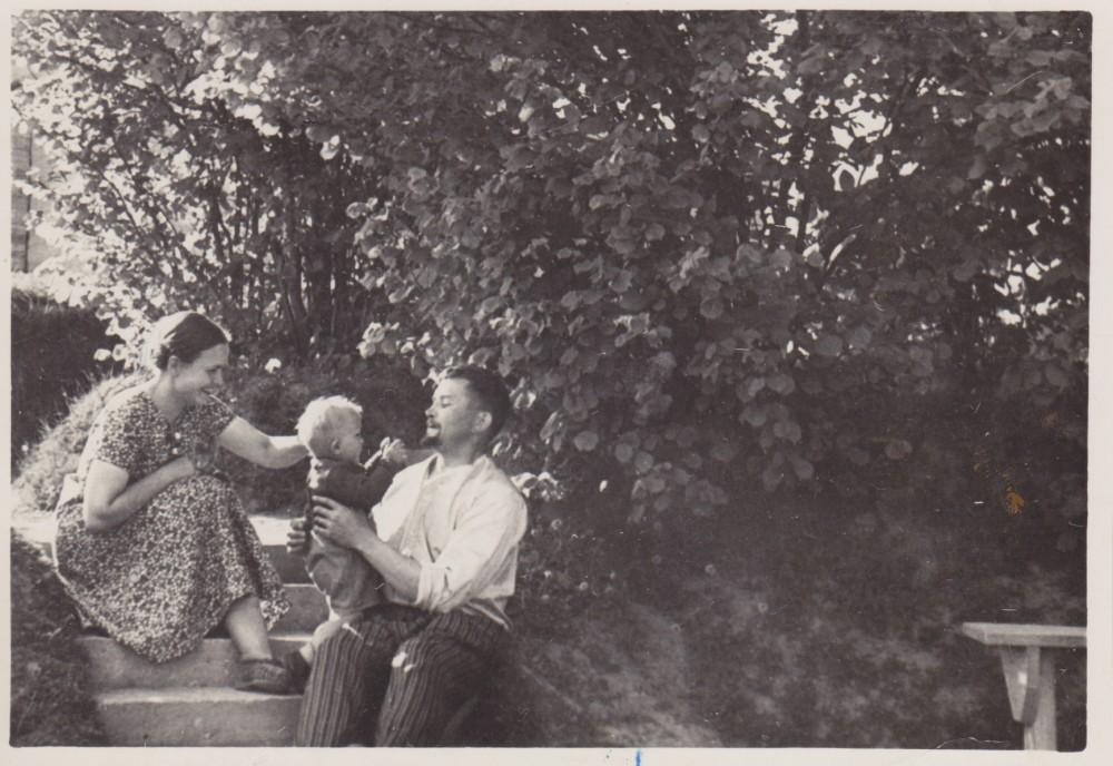 Bučų šeima savo namų kieme. Palemonas. 1938 m.