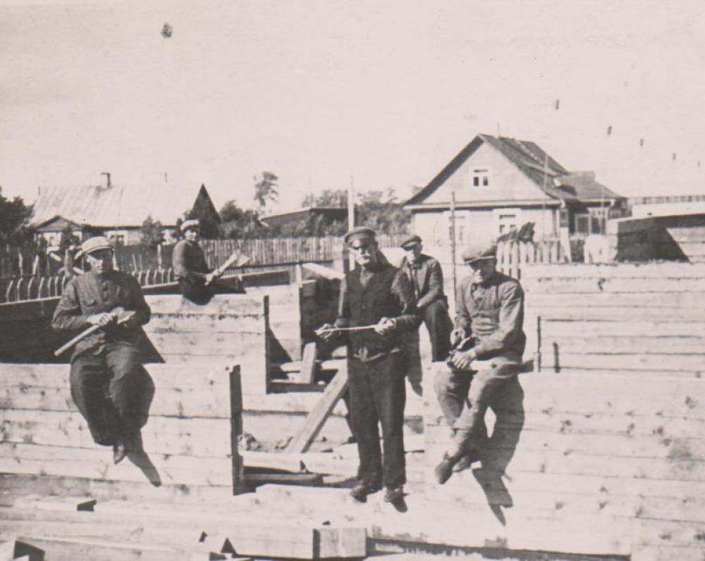 Būgių darbininkai namo statybos metu. Kaunas. 1938 m. vasara
