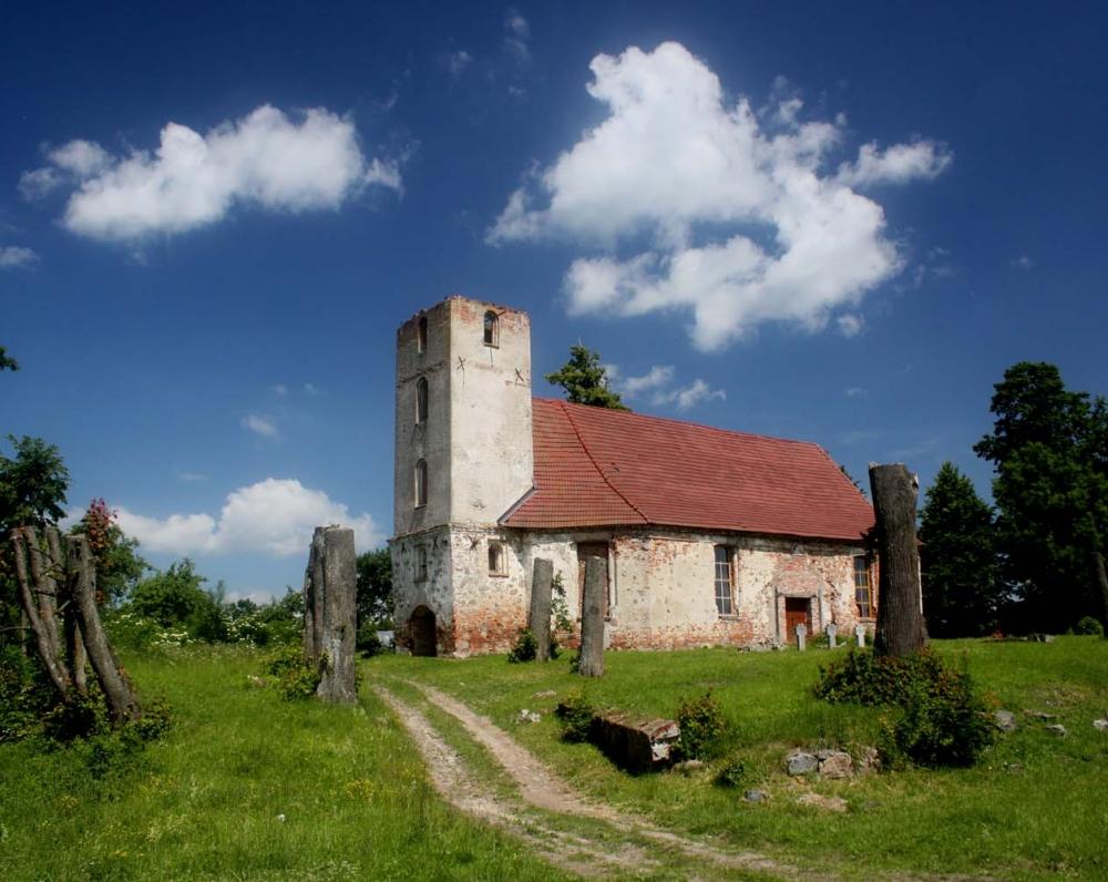 Buvusi Mielkiemio (dabar Kalinino) bažnyčia, kurioje K. Donelaitis ne kartą lankėsi pas čia kunigavusį savo bičiulį Petrą Gotlibą Milkų,, Biblijos vertėją į liet. k.