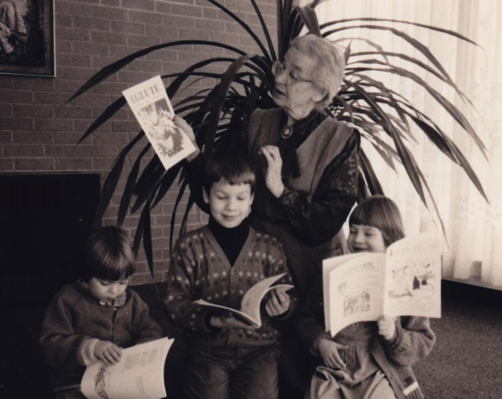 """D. Lipčiūtė-Augienė –močiutė """"vaidina"""", kad skaito """"Eglutę"""". Putnamas, 1993 m. vasario 8 d."""