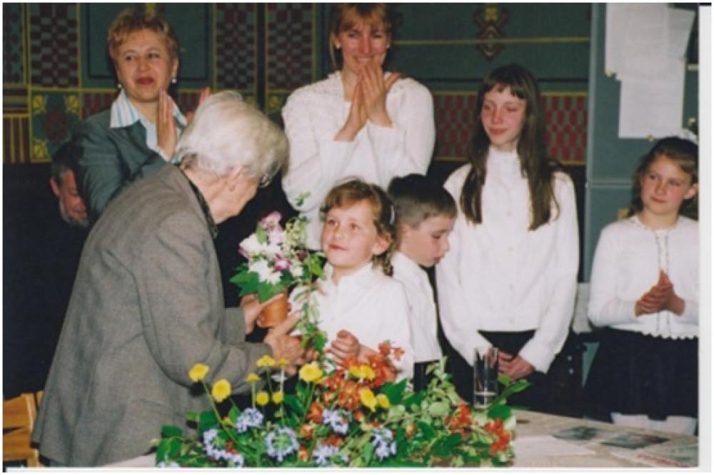 D. Lipčiūtė-Augienė su mažaisiais skaitytojais. Kaunas, 2004 m.