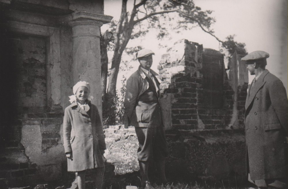 D. Sruogaitė, B. Sruoga, I. Šeinius. Prie Ukmergės, 1935m. ruduo