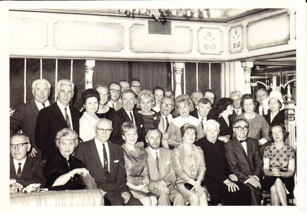Dailiųjų menų klubo susirinkimas. Sėdi pirma iš dešinės Alė Rūta. Los Andželas, 1966 m.