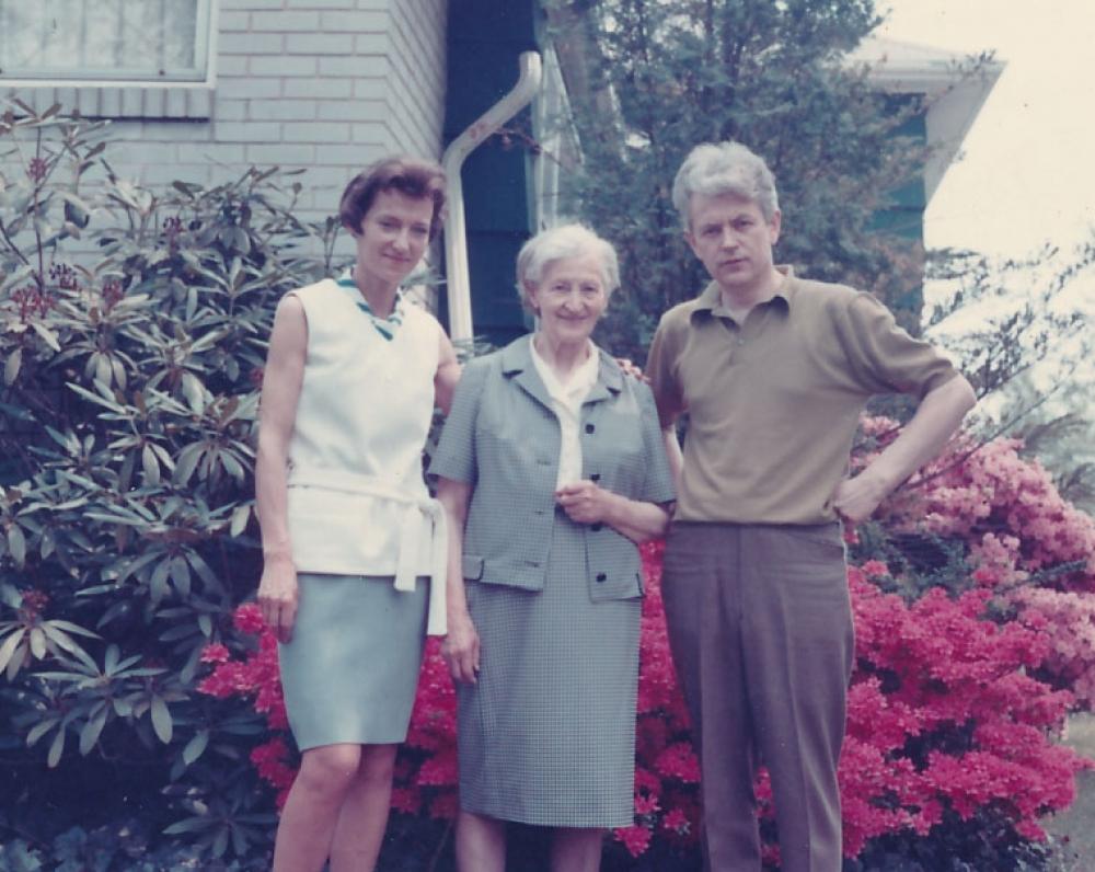 Danutė ir Kostas Ostrauskai su Ona Ostrauskiene, jai atvykus į JAV. 1969 m.