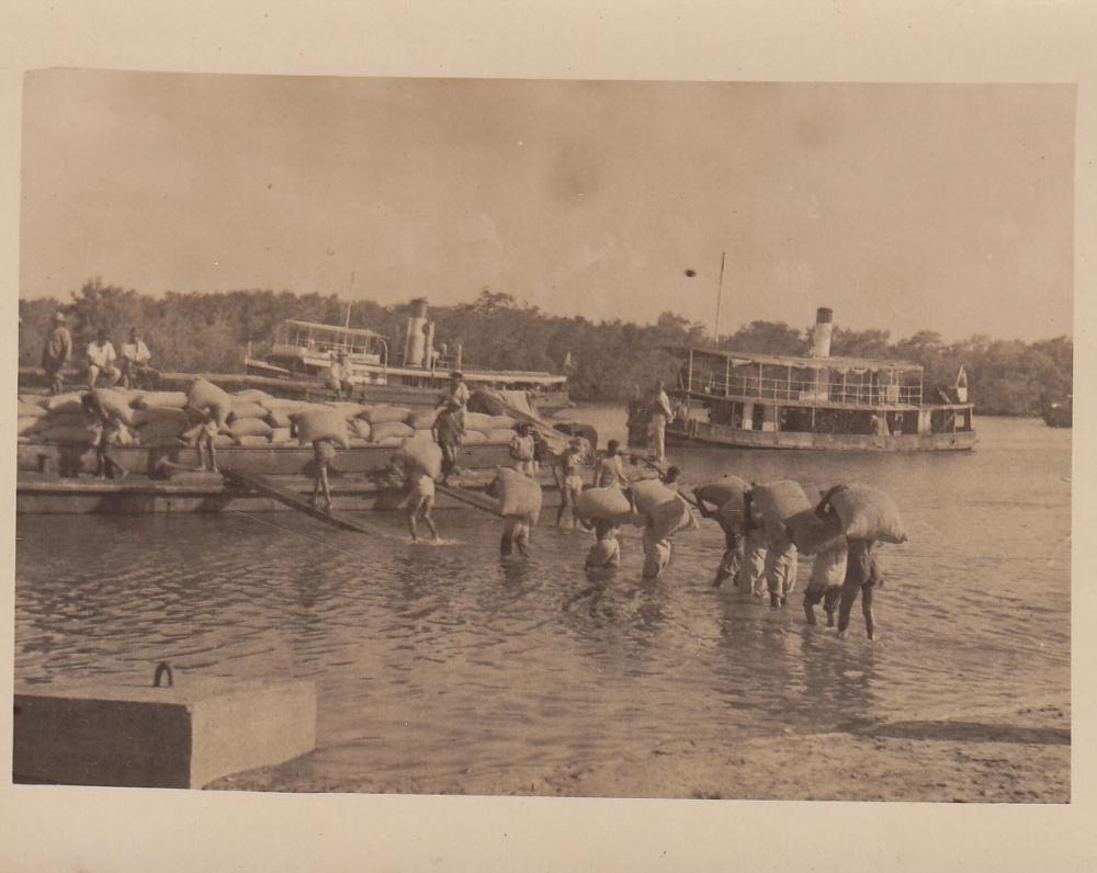 Darbininkai krauna laivą. Brazilija, apie 1946–1950 m.