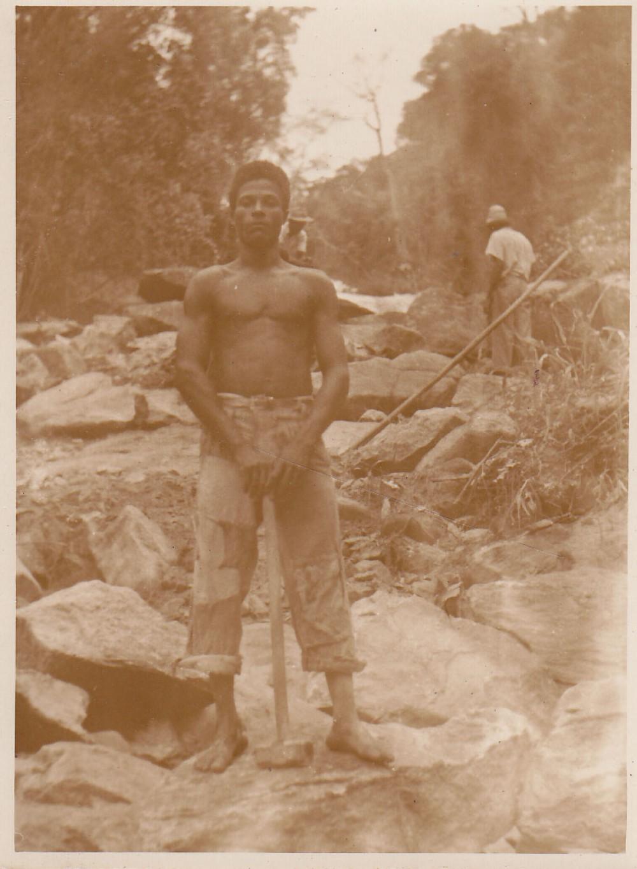 Darbininkas akmenų skaldykloje. Brazilija, apie 1946–1950 m.