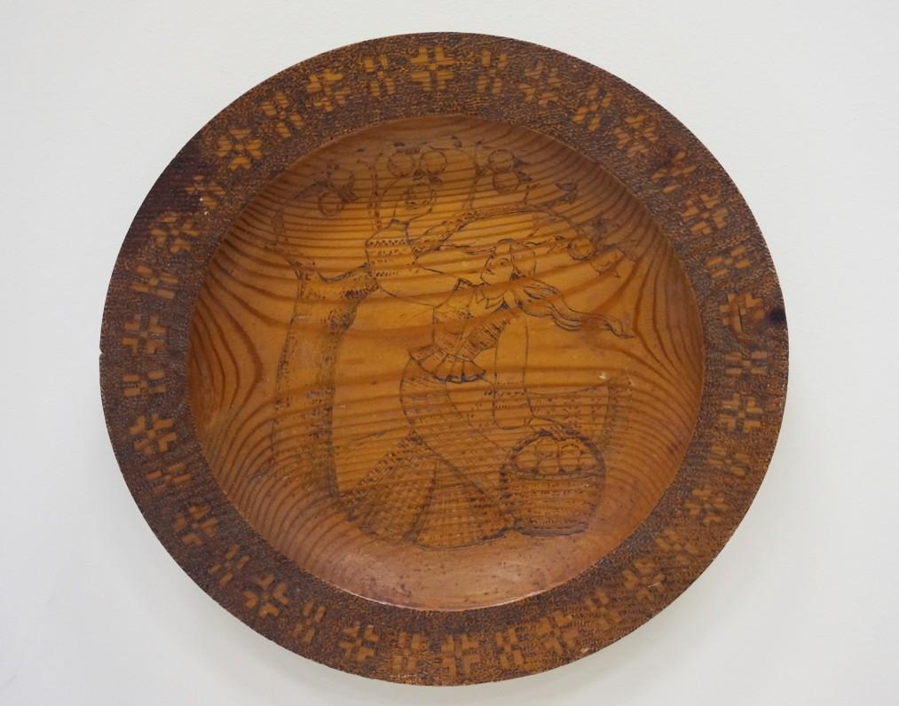 Dekoratyvinė pakabinama lėkštė. Autorius nežinomas. (Medis, tekinimas, deginimas)