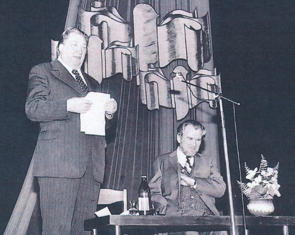 Dirbtinio pluošto gamyklos kultūros rūmai. Rašytojai V. Misevičius ir Sadauskas. 1983 m. spalis. Kaunas. Fotografas Algirdas Kairys
