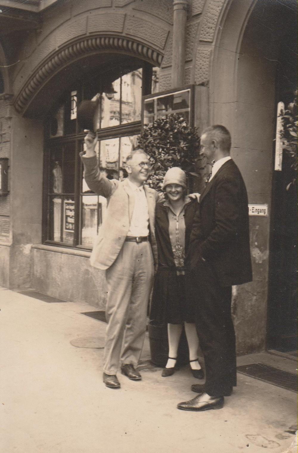 Dr. Erich Miuller Kamp, V. Sruogienė, B. Sruoga. Miunchenas, 1928 m. liepa