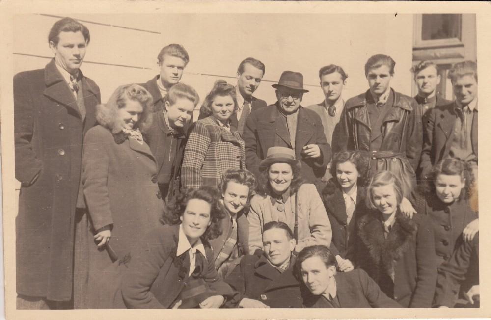 Dramos studijos auklėtiniai su scenos kalbos dėstytoju J. Sipariu (stovi centre). A. Liobytė – antra iš kairės. Vilnius, 1946 m.