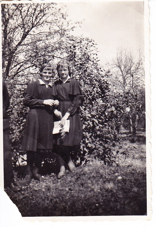 E. Nakaitė (dešinėje) su drauge. Kaunas, apie 1933 m.