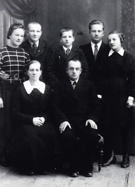 Emilijos ir Jono Nakų šeima. Iš kairės pirma stovi Elena. Rudžiai, 1939 m.