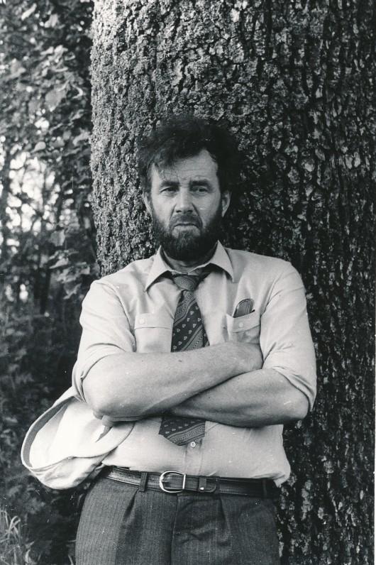 Eugenijus Ignatavičius gimtinėje – Užraguvių kaime, Raseinių r. 1986 m. R. Rakausko nuotrauka