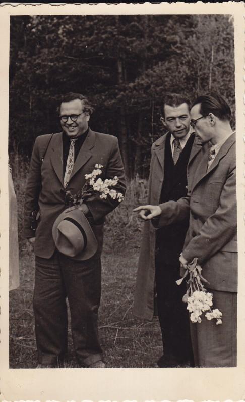 Eugenijus Matuzevičius (kairėje) ir A. Baltrūnas (iš dešinės pirmas) Latvijoje. 1956 m.