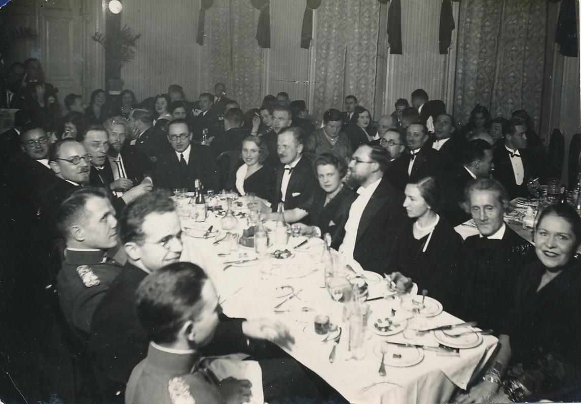 F. Kirša (ketvirtas iš dešinės) pobūvio metu Kaune. Apie 1930 m.