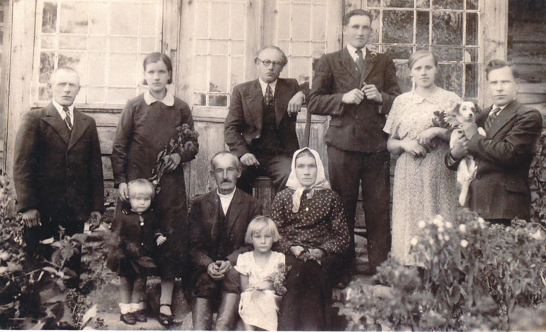 F. Kirša (trečias iš kairės) su giminaičiais Senadvaryje. 1937 m.
