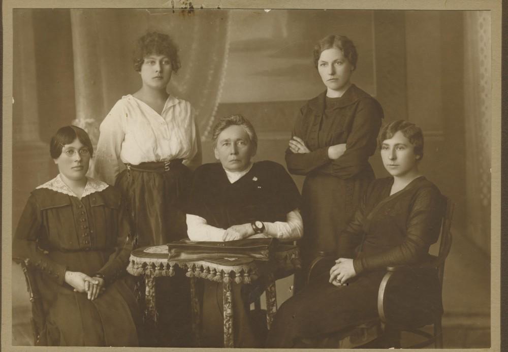G. Petkevičaitė (centre) su Steigiamojo Seimo pirmojo posėdžio moterų grupe. 1920 m. gegužės 15 d.