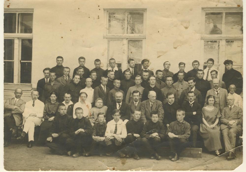 G. Petkevičaitė (sėdi antros eilės viduryje) – Panevėžio gimnazijos mokytoja. 1924 m.