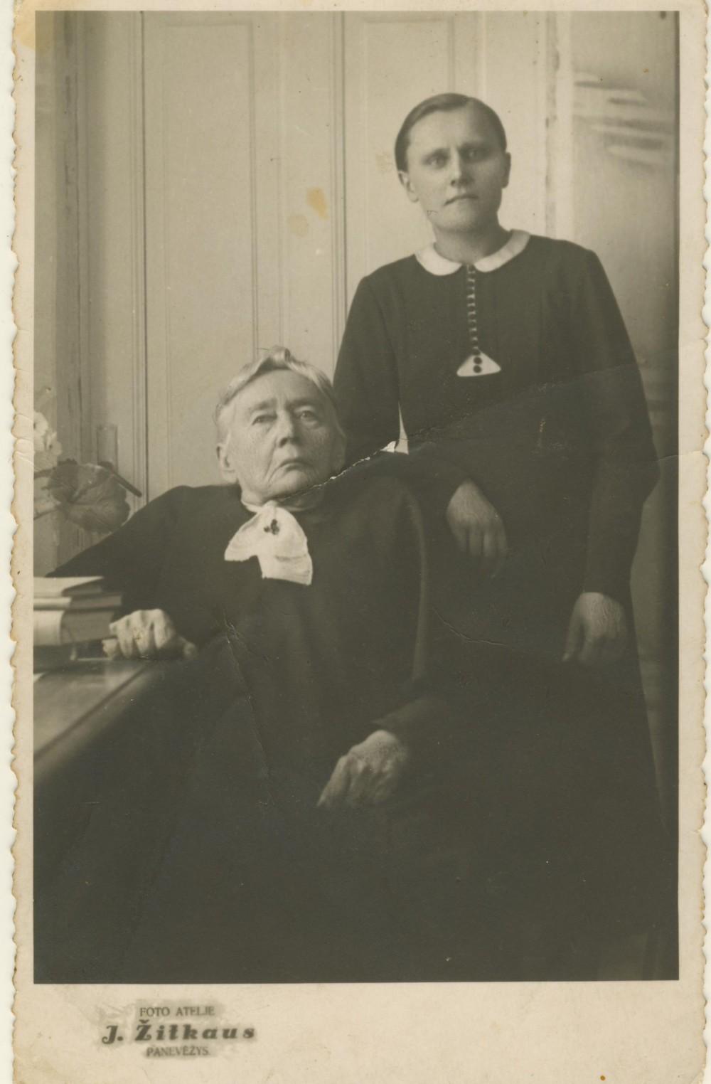 G. Petkevičaitė su savo šeimininke Maryte Galiauskaite. Panevėžys. 1942 m. J. Žitkaus nuotrauka