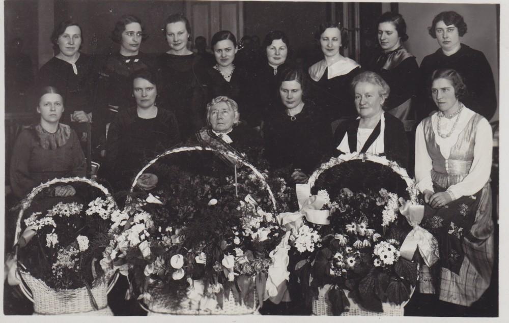 Gabrielės Petkevičaitės-Bitės 75-erių metų jubiliejus. Panevėžys. 1936 m. kovo 18 d. Antroje eilėje ketvirta – S. Bačinskaitė