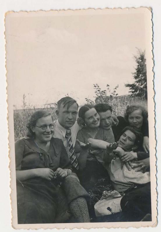 Gamtoje su draugais. Pirma iš kairės – Vanda Petrauskaitė-Juozėnienė, ketvirtas – Kazys Inčiūra, penktas – Juozas Kruminas. Apie 1937 m.