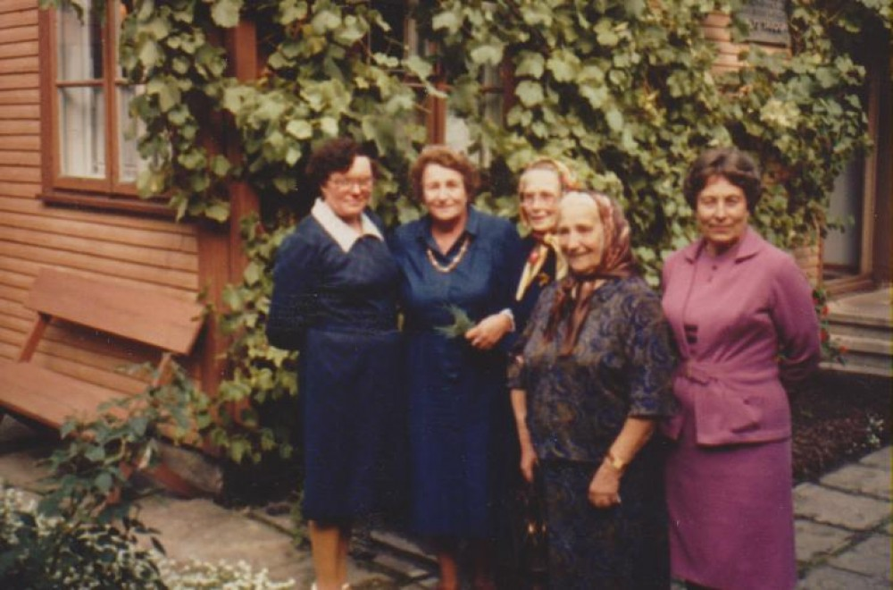 Genovaitė Daukšaitė, Dalia Sruogaitė, Rozalija Rimkienė, Petronė Savickaitė, Jadvyga Peseckienė B. Sruogos memorialiniame muziejuje. Kaunas, 1983 m.