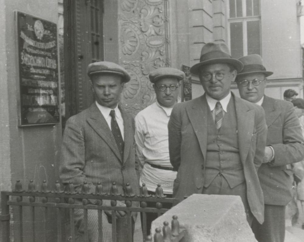 I. Šeinius, V. Steponaitis, J. Kalnėnas. Charkovas. 1934 m. Žurnalistų kelionėje po SSSR 1934 m.