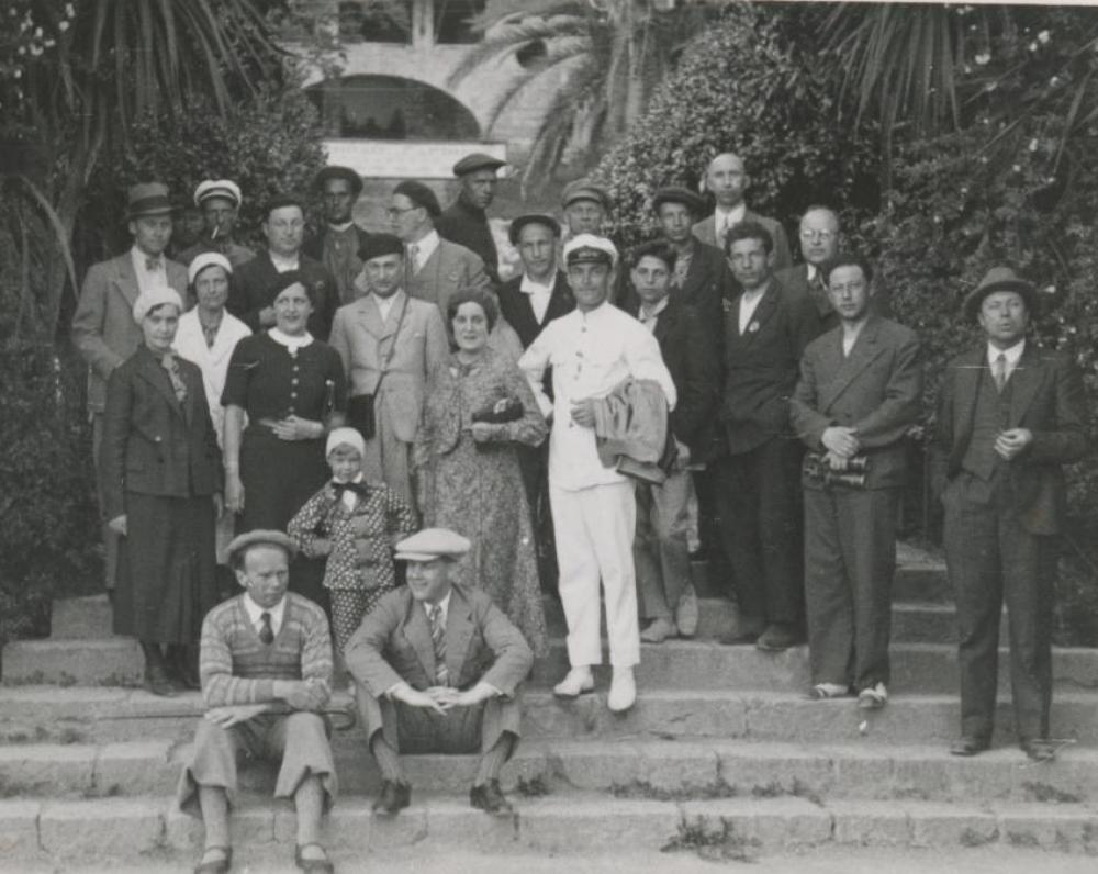 I. Šeinius (sėdi ant laiptų iš kairės) žurnalistų kelionėje po SSSR. 1934 m.