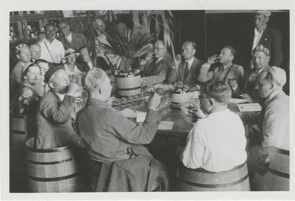I. Šeinius (sėdi viduryje) degustuoja vyną. Masandra (Krymas). 1934 m.