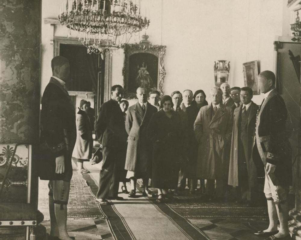 I. Šeinius (stovi antras iš kairės) Ermitažo muziejuje. Leningradas. 1934 m.
