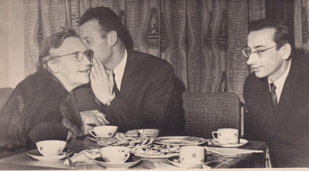 I. Simonaitytė, M. Sluckis, A. Baltrūnas Rašytojų sąjungos klube. Apie 1957 m.