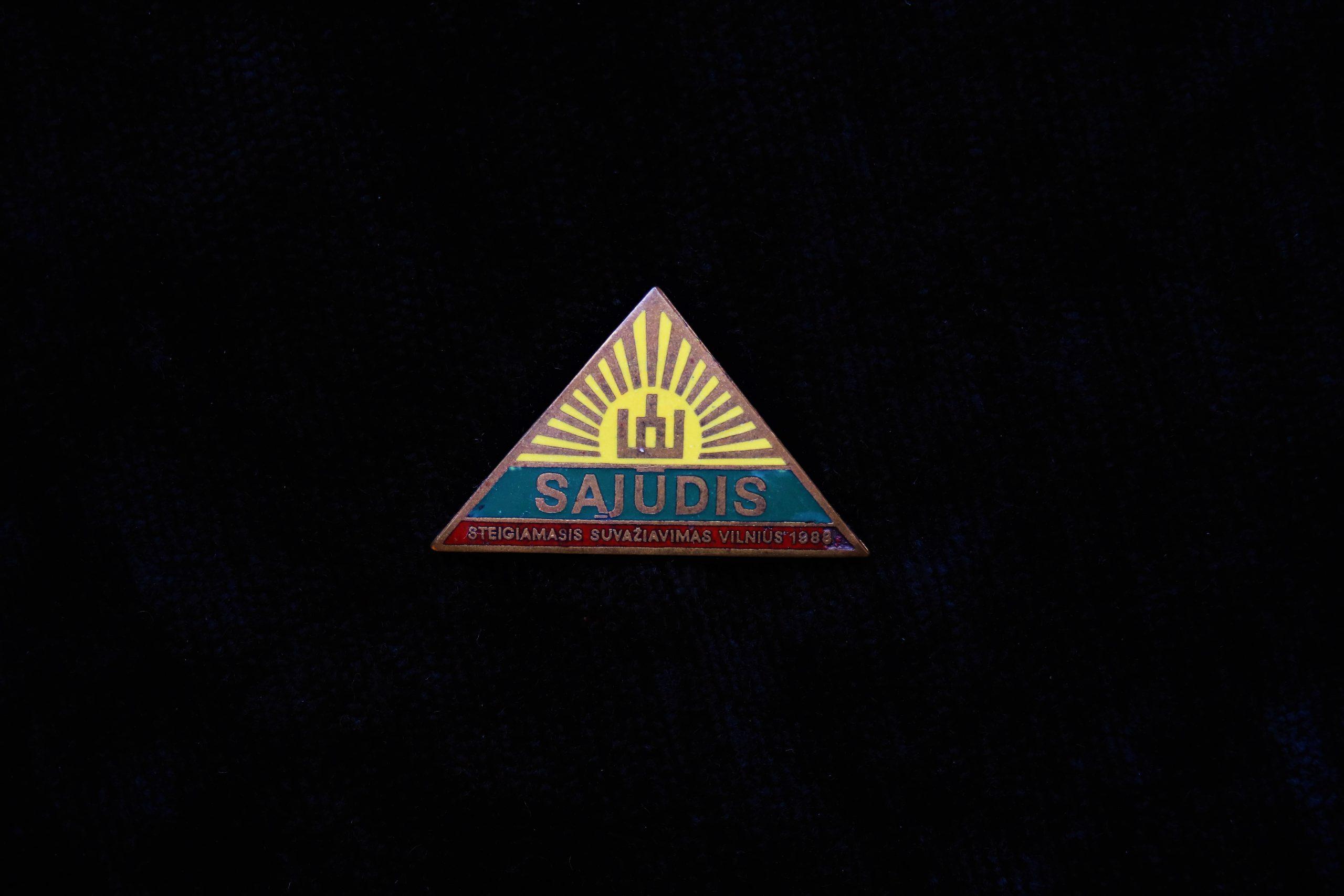 Lietuvos Sąjūdžio ženklelis. Sukurtas 1988 m. prieš I-ąjį Lietuvos Persitvarkymo Sąjūdžio suvažiavimą. Autorius dailininkas Giedrius Reimeris