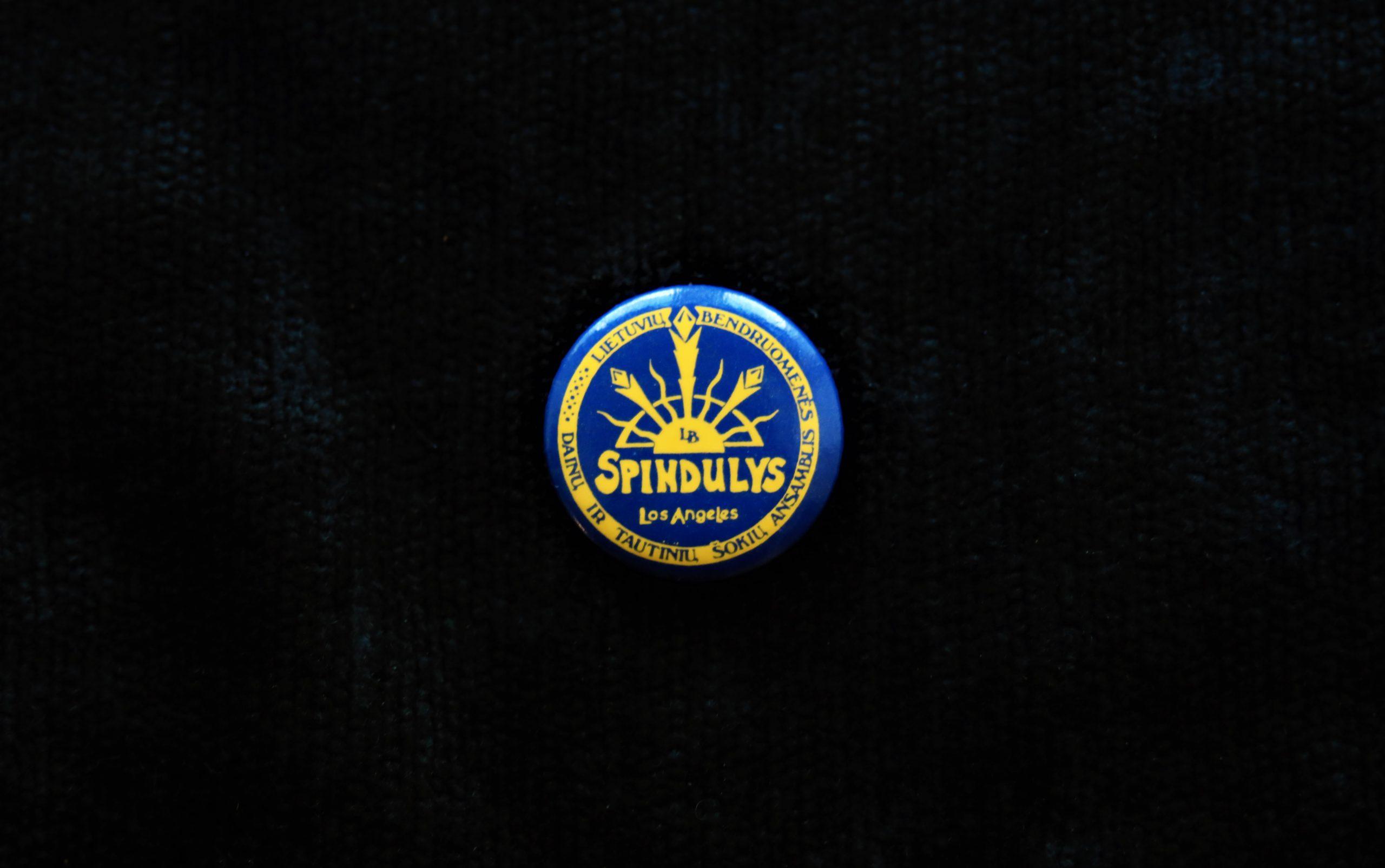 """Lietuvių bendruomenės dainų ir tautinių šokių ansamblio """"Spindulys"""" ženklelis"""