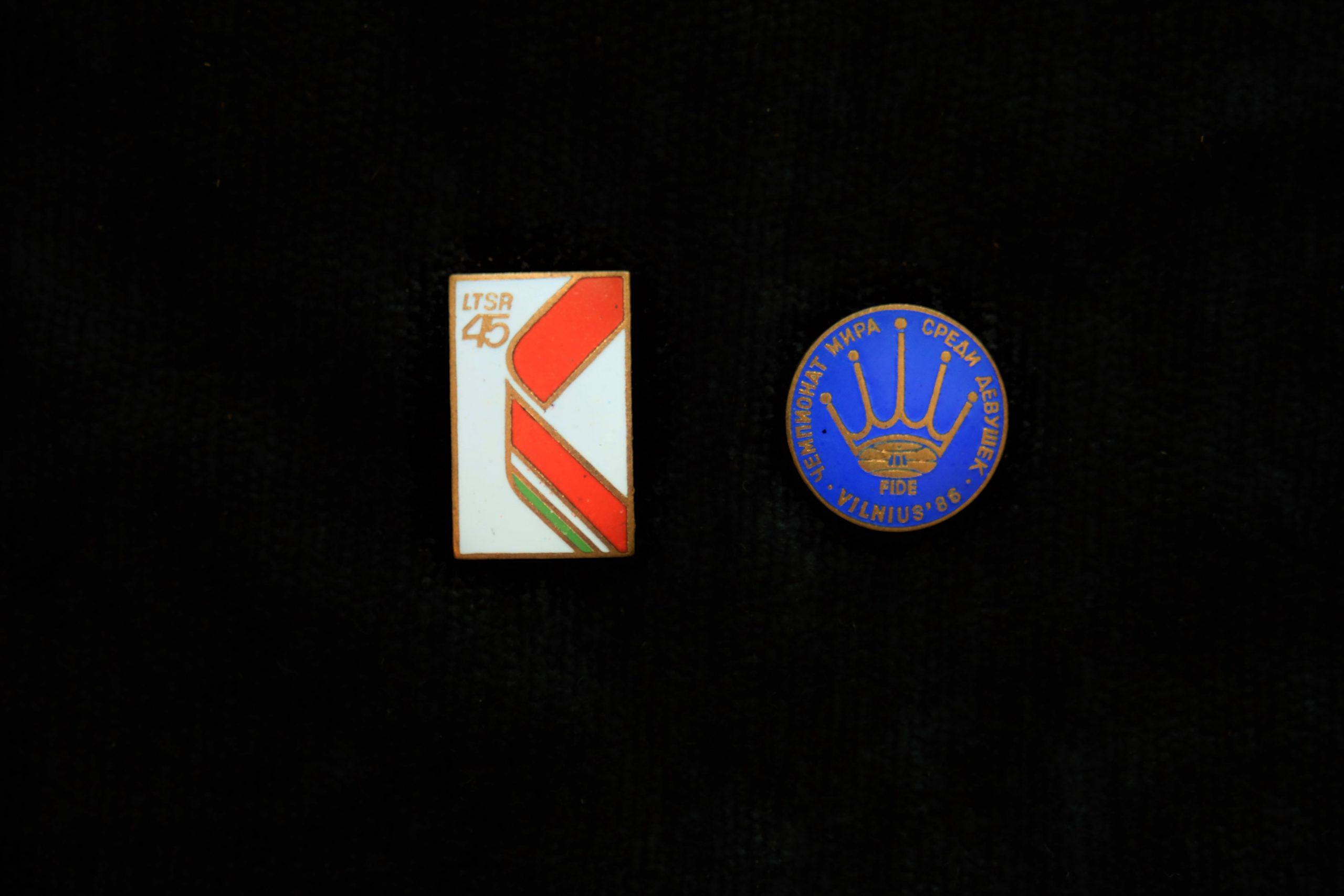LTSR 45-mečio ir pasaulio mergaičių šachmatų čempionato 1986 m. Vilniuje ženkleliai