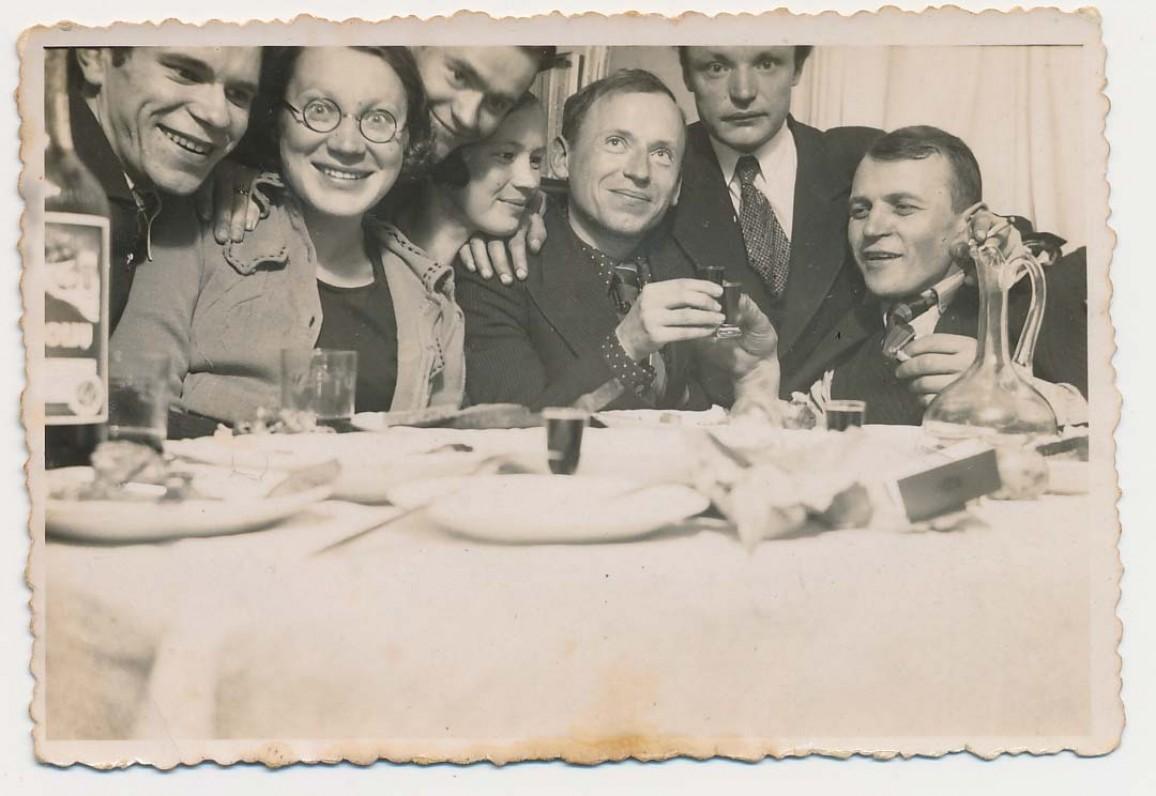 Iš kairės – Juozas Kruminas, Vanda Juozėnienė, du neatpažinti, Kazys Jakubėnas, paskutinis – Juozas Baltušis. Apie 1937 m.