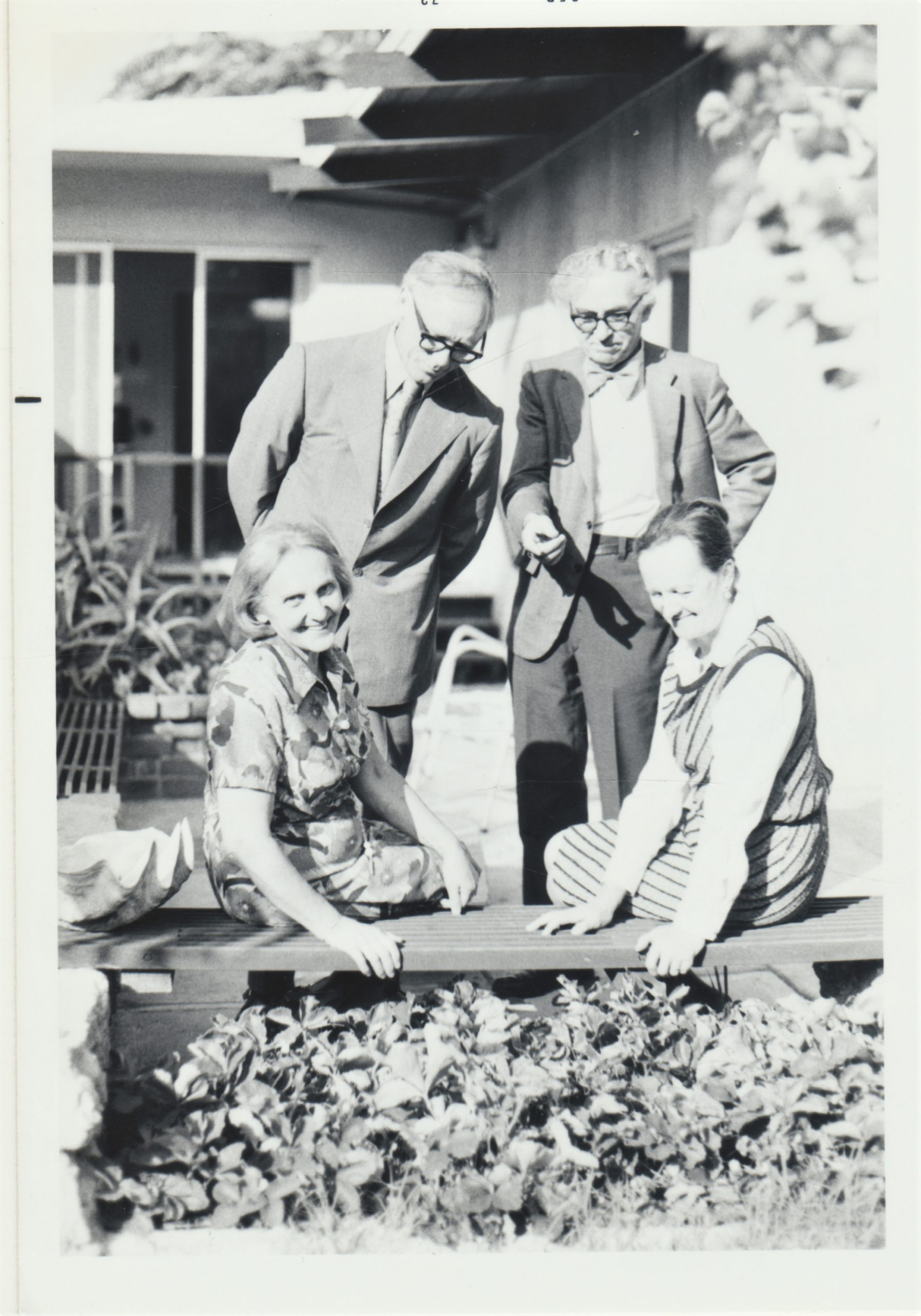Iš kairės: A. Brazdžionienė ir Alė Rūta, stovi J. Kojelis ir Bern. Brazdžionis. Kalifornija. 1973 m.