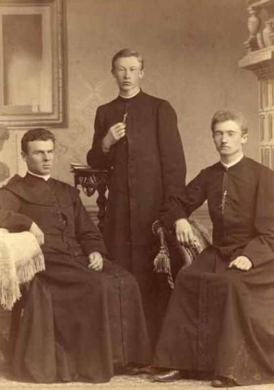 Iš kairės – Maironis, J. Šimaitis, M. Prialgauskas. Apie 1890 m. O. Langės nuotrauka | Maironis with friends