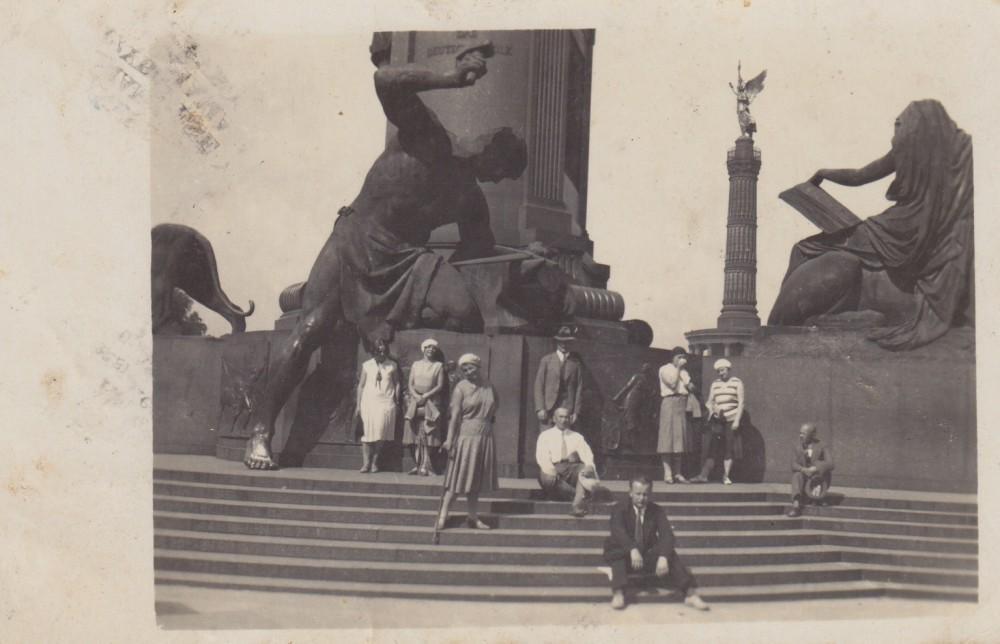 Iš kairės pirma – S. Bačiskaitė. Viduryje stovi B. Sruoga. Berlynas. 1930 m. liepa