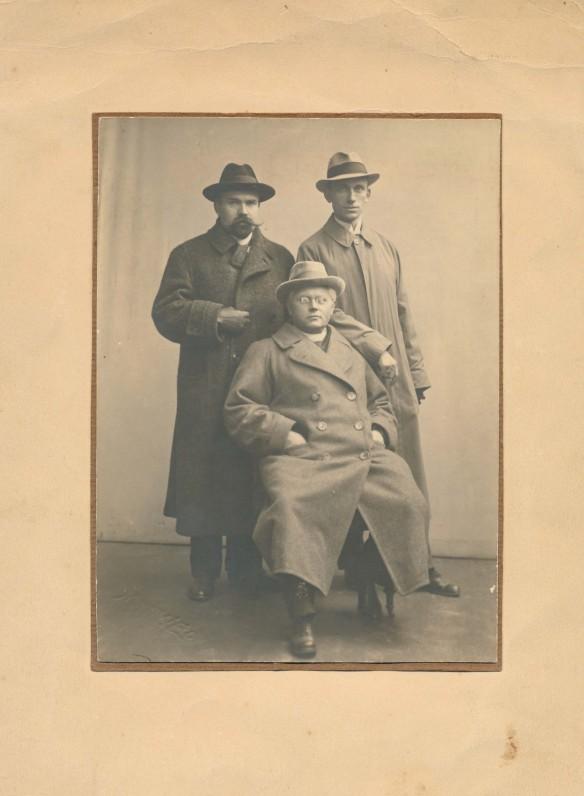 Iš kairės stovi Martynas Yčas, Jurgis Savickis, sėdi – Vaižgantas. Vilnius, 1918 m.