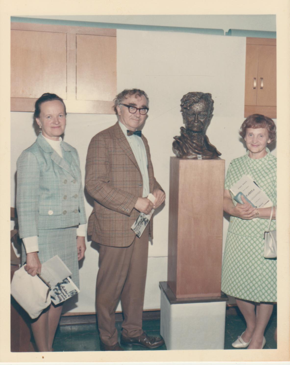 P. Gasparonio paroda Kalifornijoje 1970 m. Iš kairės: Alė Rūta, Bern. Brazdžionis, A. Brazdžionienė