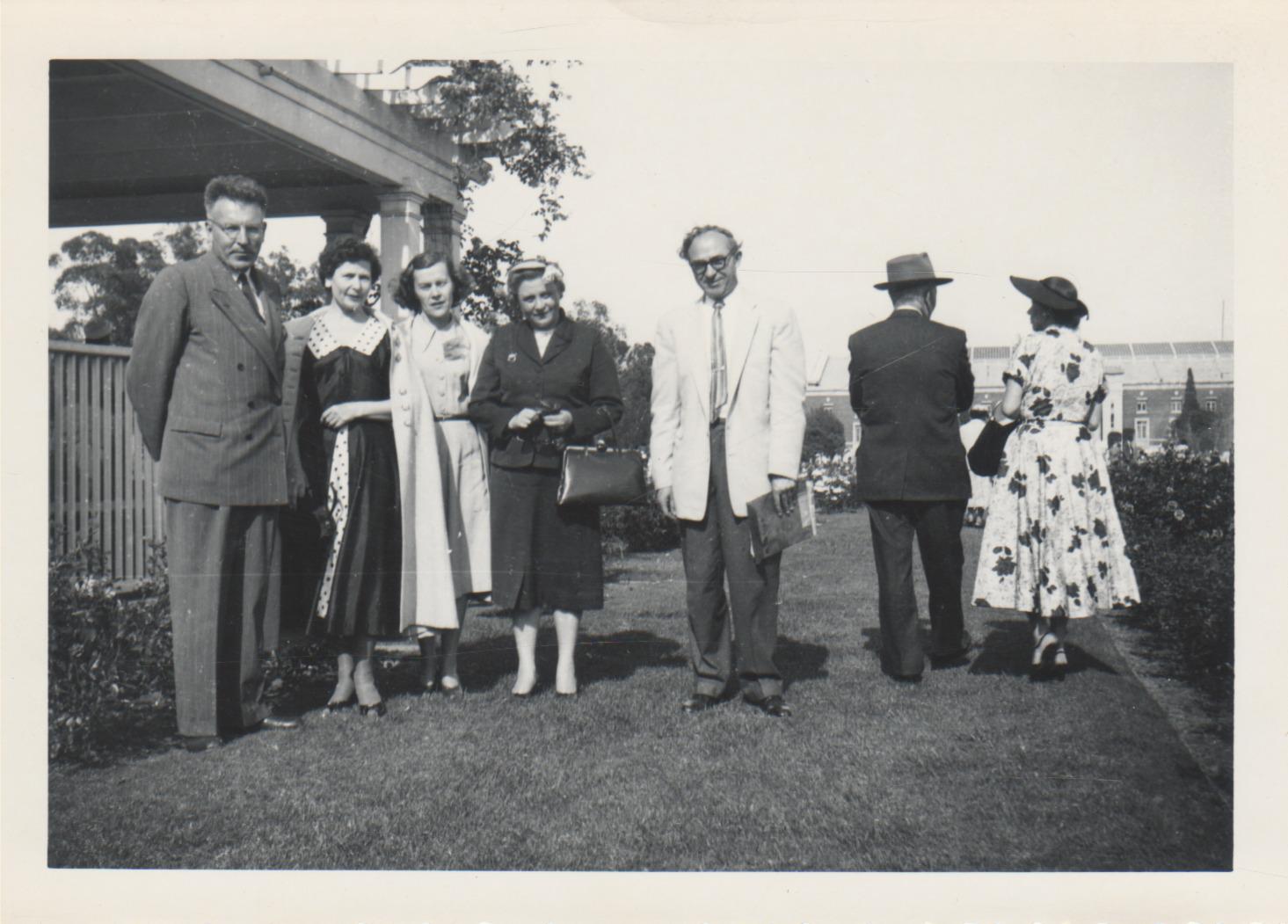 Iš kairės: J. Tininis, Veronika Andrašūnienė, nežinoma, E. Tumienė, Bern. Brazdžionis. JAV, apie 1956 m.